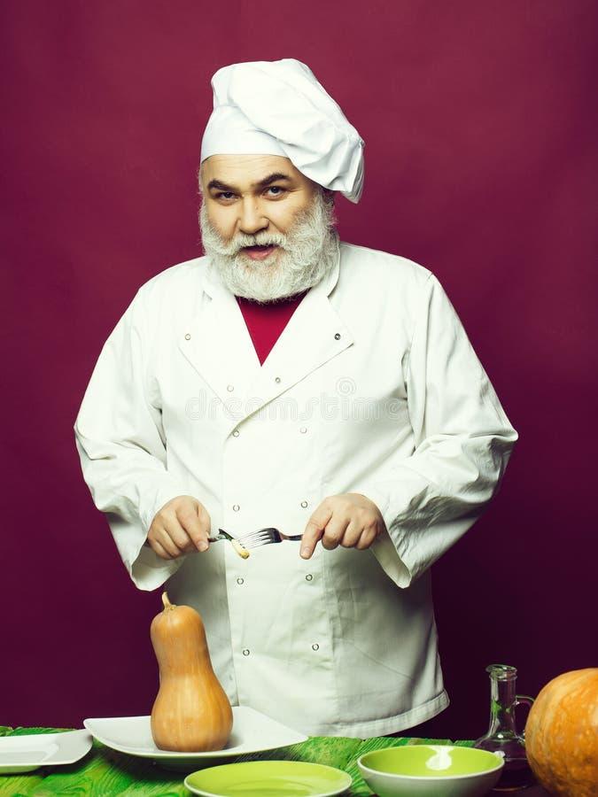 Μάγειρας ατόμων με τις κολοκύθες στοκ εικόνα