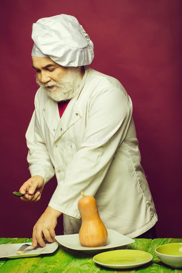 Μάγειρας ατόμων με τις κολοκύθες στοκ εικόνες
