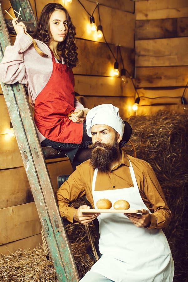 Μάγειρας και κορίτσι αρχιμαγείρων στοκ εικόνα