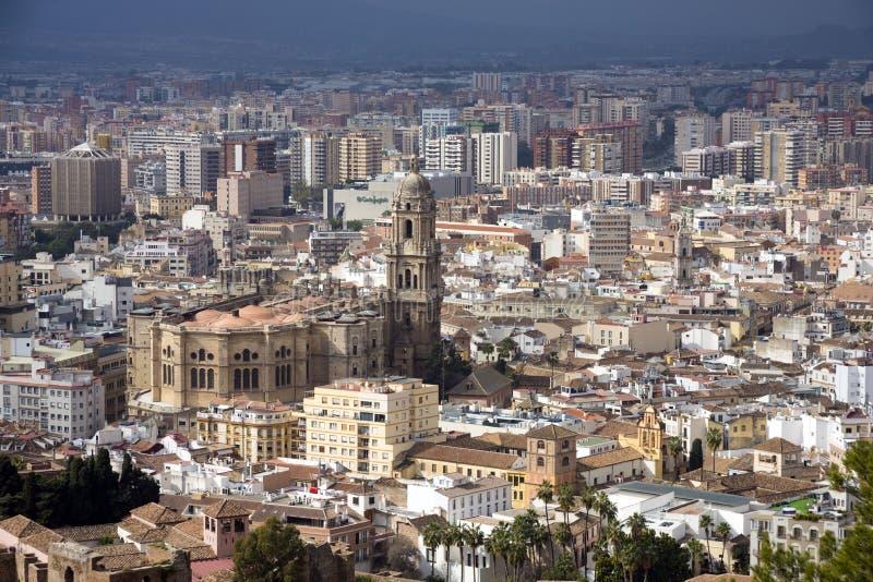 Μάλαγα, Ισπανία, το Φεβρουάριο του 2019 Πανόραμα της ισπανικής πόλης της Μάλαγας Κτήρια ενάντια σε έναν νεφελώδη ουρανό Δραματικό στοκ εικόνα