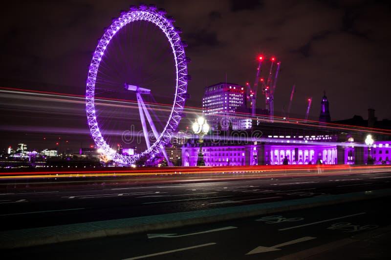 Μάτι του Λονδίνου ζωηρόχρωμο τη νύχτα στοκ φωτογραφία με δικαίωμα ελεύθερης χρήσης