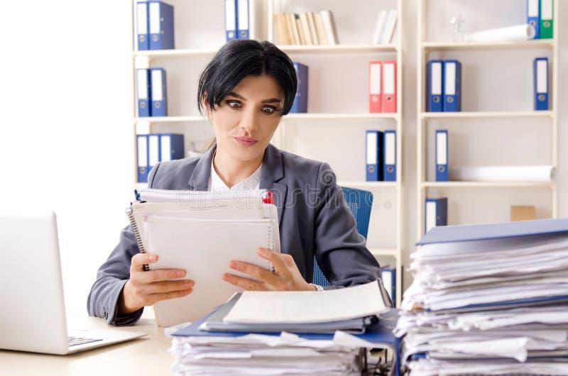 Μέσος ηλικίας businesslady ο δυστυχισμένος με την υπερβολική εργασία στοκ εικόνες