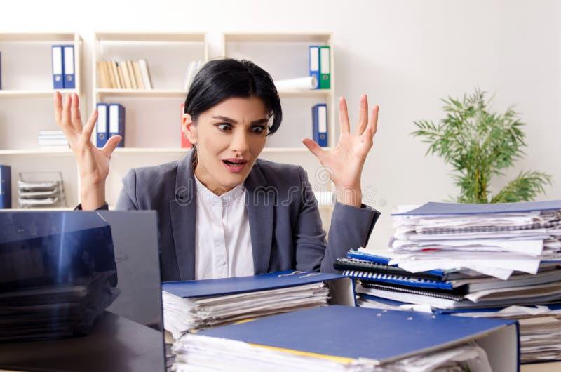 Μέσος ηλικίας businesslady ο δυστυχισμένος με την υπερβολική εργασία στοκ φωτογραφίες