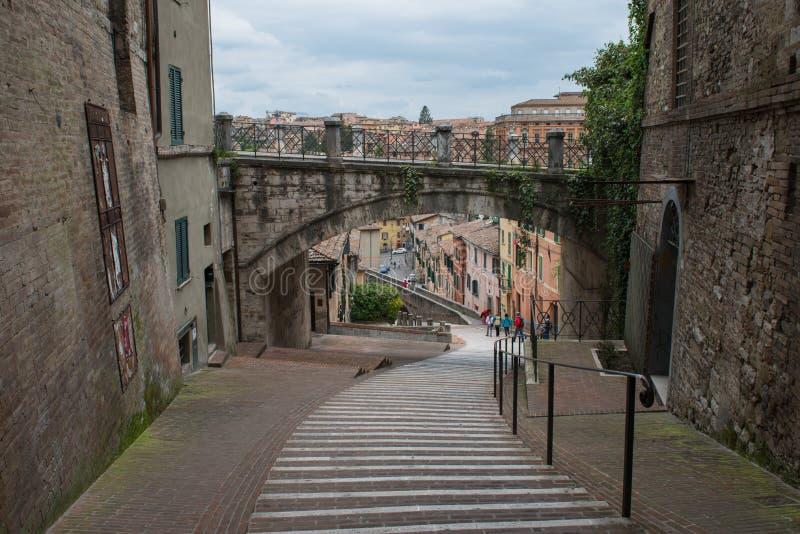 """Μέσω της κοιλάδας """"Acquedotto είναι μια 13η οδός αιώνα στην Περούτζια, Ουμβρία, Ιταλία στοκ φωτογραφίες με δικαίωμα ελεύθερης χρήσης"""