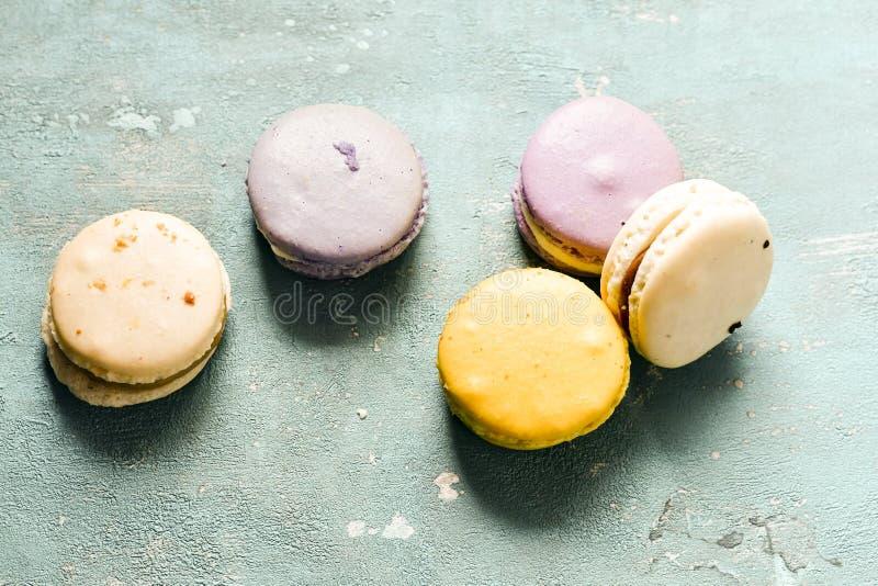 Μίγμα ζωηρόχρωμα γαλλικά παρισινά Macaroons στοκ εικόνες