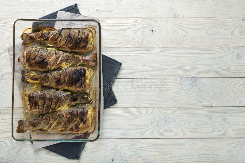 Μαγειρευμένη πέστροφα σε ένα ξύλινο υπόβαθρο στοκ φωτογραφίες