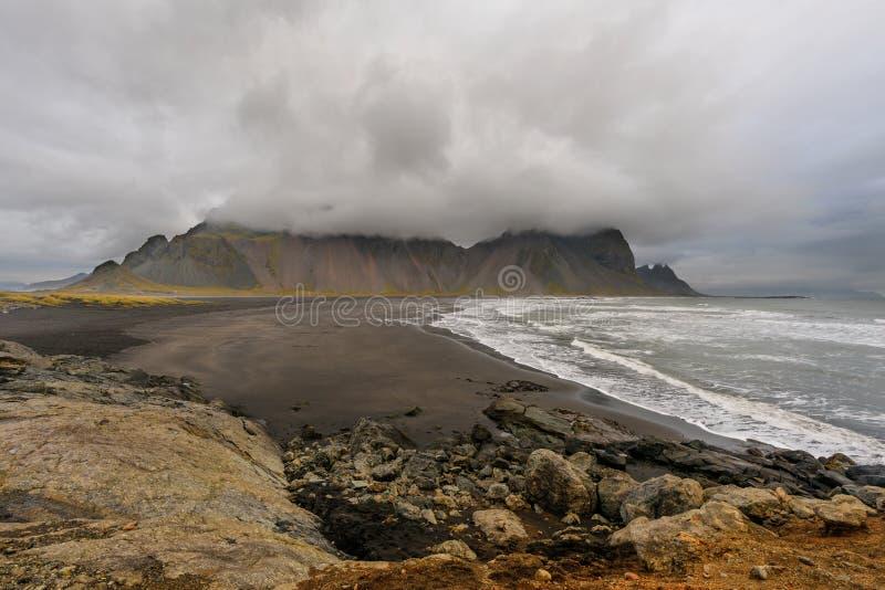 Μαγικό τοπίο των βουνών Vestrahorn και των μαύρων αμμόλοφων άμμου στην Ισλανδία στην ανατολή Πανοραμική άποψη του ακρωτηρίου Stok στοκ εικόνα