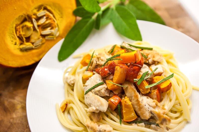 Μακαρόνια με την κολοκύνθη, το κρέας και τη φασκομηλιά ψητού butternut Αρχικά ιταλικά ζυμαρικά στοκ φωτογραφία με δικαίωμα ελεύθερης χρήσης