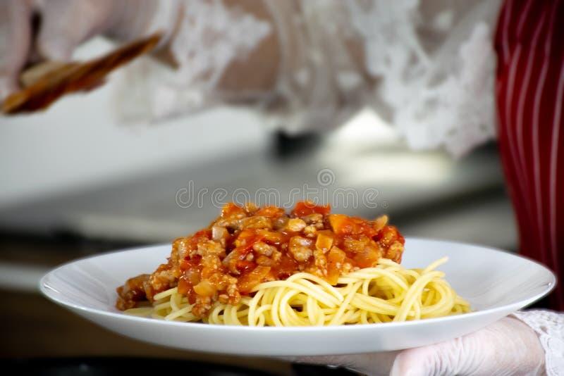 Μακαρόνια με τη σάλτσα χοιρινού κρέατος και ντοματών στοκ εικόνα