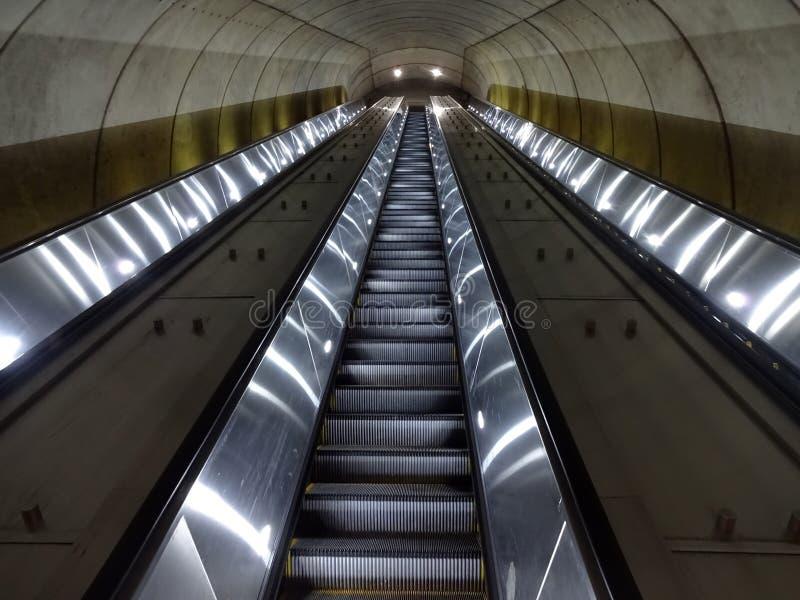 Μακριές κυλιόμενες σκάλες σταθμών μετρό στοκ φωτογραφία με δικαίωμα ελεύθερης χρήσης