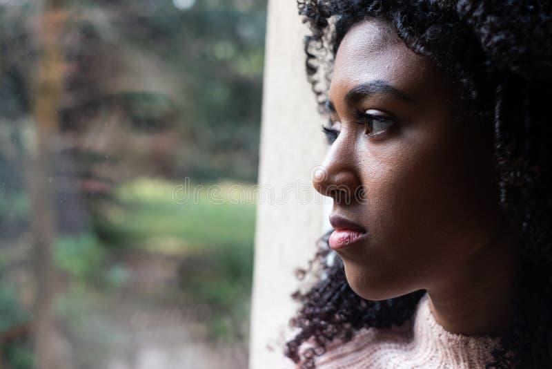 Μαύρη προσοχή κοριτσιών έξω του παραθύρου στοκ φωτογραφία με δικαίωμα ελεύθερης χρήσης