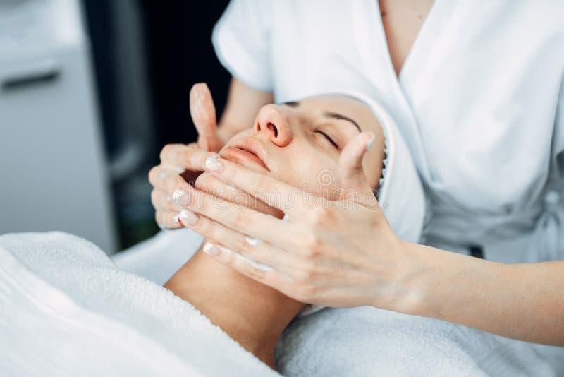 Μασάζ προσώπου στο θηλυκό ασθενή, cosmetology κλινική στοκ φωτογραφία με δικαίωμα ελεύθερης χρήσης