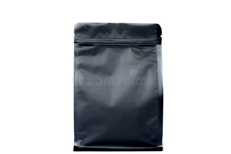 Ματ μαύρη σακούλα επίπεδων κατώτατων σημείων με το φερμουάρ που γεμίζουν με τα φασόλια καφέ στην άσπρη άποψη υποβάθρου fron στοκ φωτογραφίες