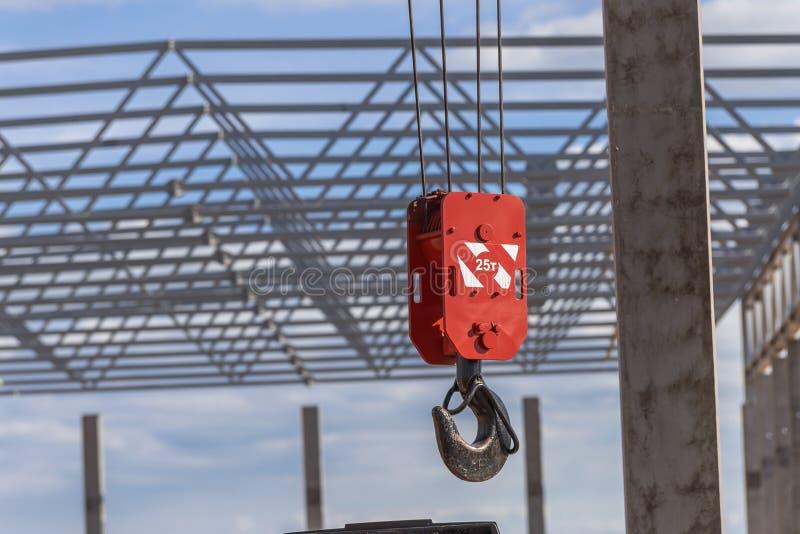 Μεγάλος κόκκινος γάντζος ενός γερανού κατασκευής στοκ εικόνες με δικαίωμα ελεύθερης χρήσης
