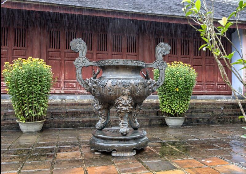 Μεγάλο δοχείο προσευχής ραβδιών jasso χαλκού στην παγόδα Thien MU στο χρώμα, Βιετνάμ στοκ εικόνες