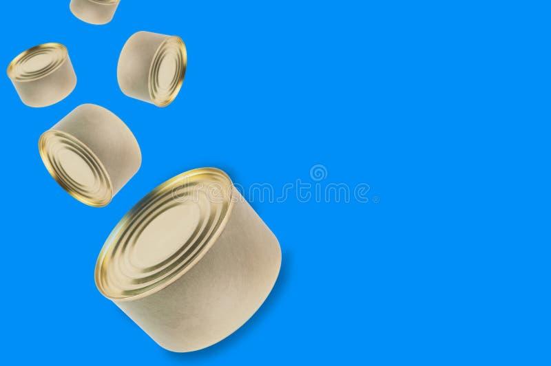 Μειωμένα δοχεία των κονσερβοποιημένων τροφίμων στο μπλε υπόβαθρο με το διάστημα αντιγράφων στοκ εικόνες