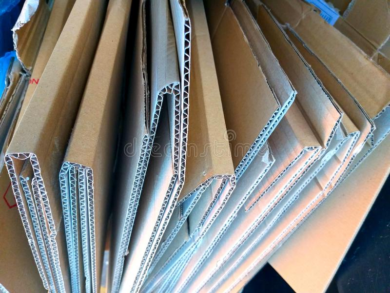 μερικά διπλωμένα καφετιά κιβώτια χαρτονένιου έτοιμου να ανακυκλώσει στοκ εικόνες