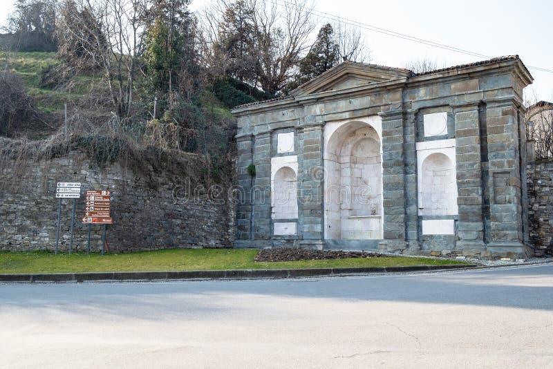 Μεσαιωνική πηγή κοντά σε Porta S Agostino στο Μπέργκαμο στοκ εικόνες