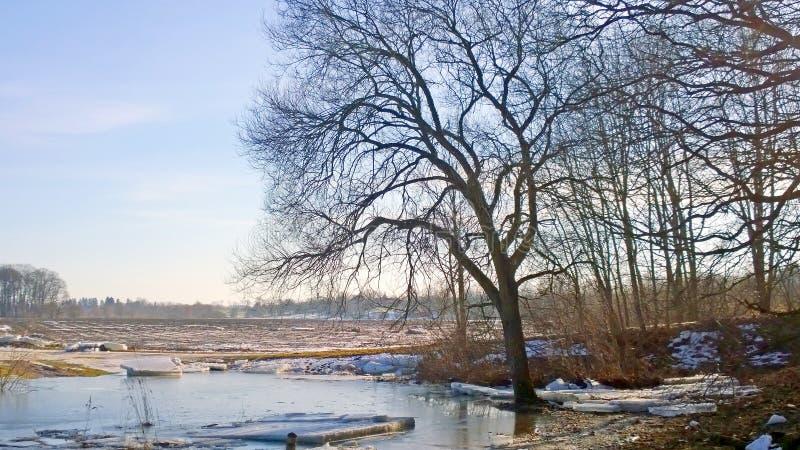 Μετατόπιση στον ποταμό μπλε σύννεφων πλήρες πράσινο τοπίο εστίασης πεδίων ημέρας οφειλόμενο λίγη μετακίνηση όχι εμφανίζει στον ου στοκ φωτογραφίες