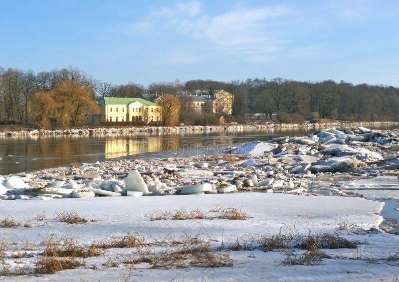 Μετατόπιση στον ποταμό Castle στις όχθεις του ποταμού στοκ φωτογραφία με δικαίωμα ελεύθερης χρήσης