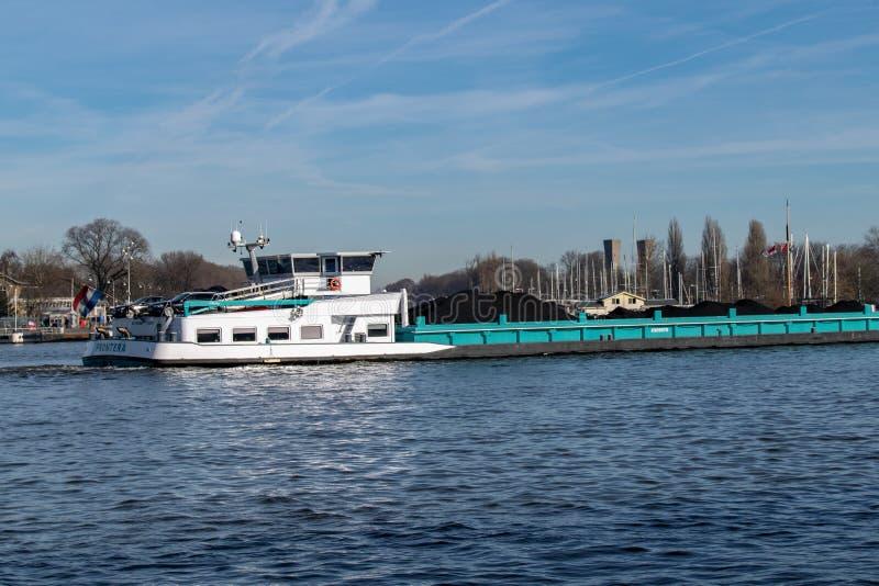 Μεταφορά άνθρακα από τον ποταμό στοκ εικόνα