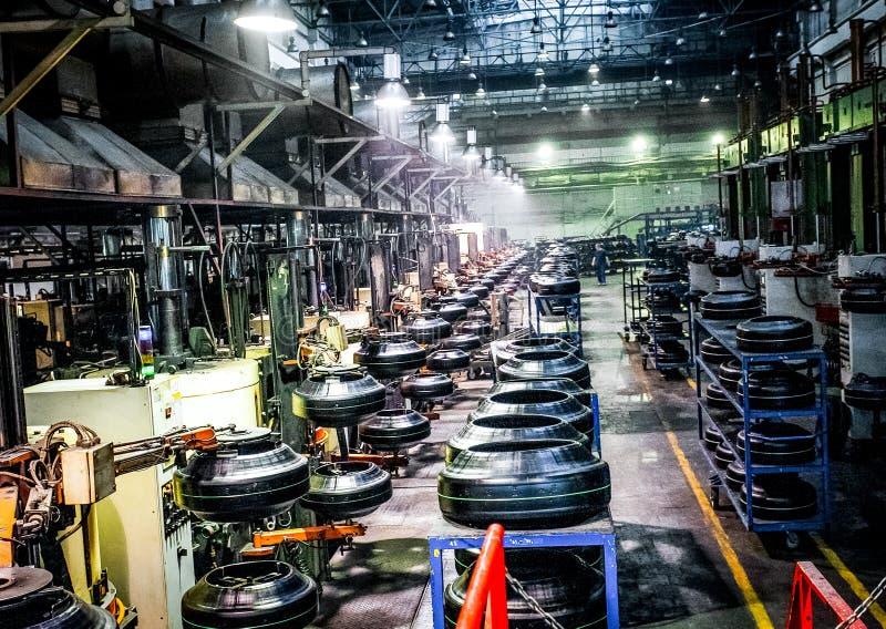 Μεταφορέας μηχανών παραγωγής ελαστικών αυτοκινήτου στο εργοστάσιο στοκ φωτογραφίες με δικαίωμα ελεύθερης χρήσης