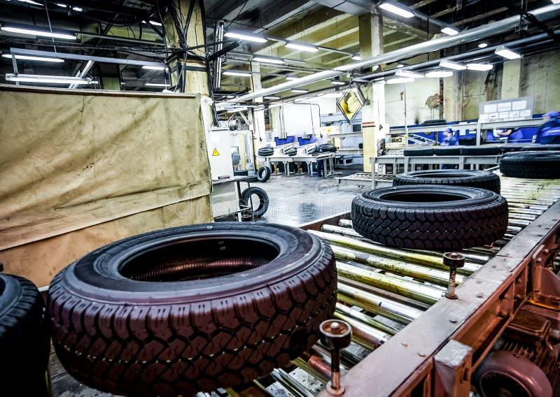Μεταφορέας παραγωγής ελαστικών αυτοκινήτου στο φωτεινό εργοστάσιο στοκ φωτογραφία με δικαίωμα ελεύθερης χρήσης