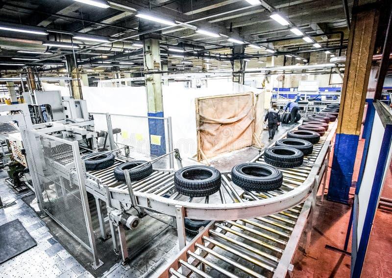 Μεταφορέας παραγωγής ελαστικών αυτοκινήτου στο φωτεινό νέο εργοστάσιο στοκ εικόνες