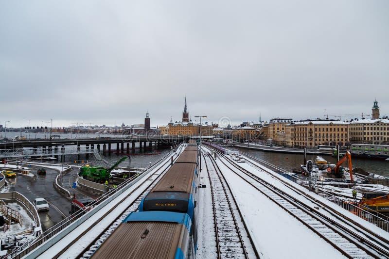 Μετρό που δίνει τη γέφυρα στο δρόμο του κεντρικός, μιας οικοδομής στοκ φωτογραφία με δικαίωμα ελεύθερης χρήσης