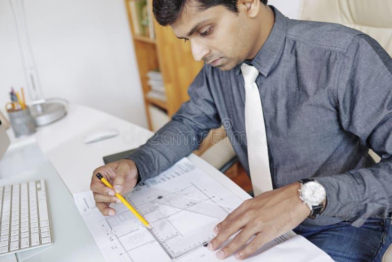Μηχανικός που μετρά το σχεδιάγραμμα στοκ εικόνες