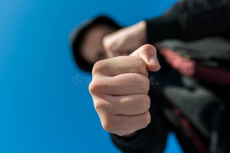Μη αναγνωρίσιμο να επιτεθεί εφήβων με τα γυμνά χέρια hes, εστίαση στην πυγμή στοκ φωτογραφίες