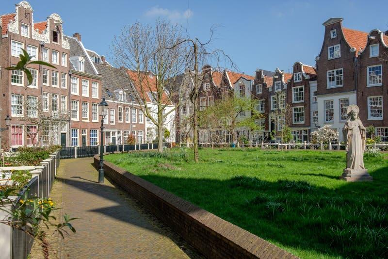 Μια άποψη σε ένα μεσαιωνικό εσωτερικό δικαστήριο, το Begijnhof, Άμστερνταμ, Κάτω Χώρες στοκ εικόνες