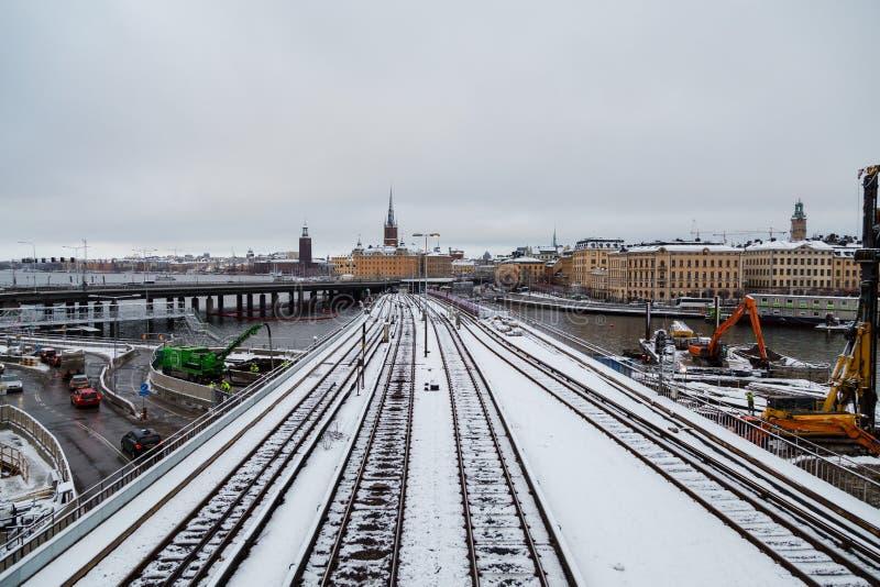 Μια άποψη του ορίζοντα της πόλης με τις διαδρομές μετρό στη γέφυρα και του παλαιού μέρους της πόλης στοκ φωτογραφία