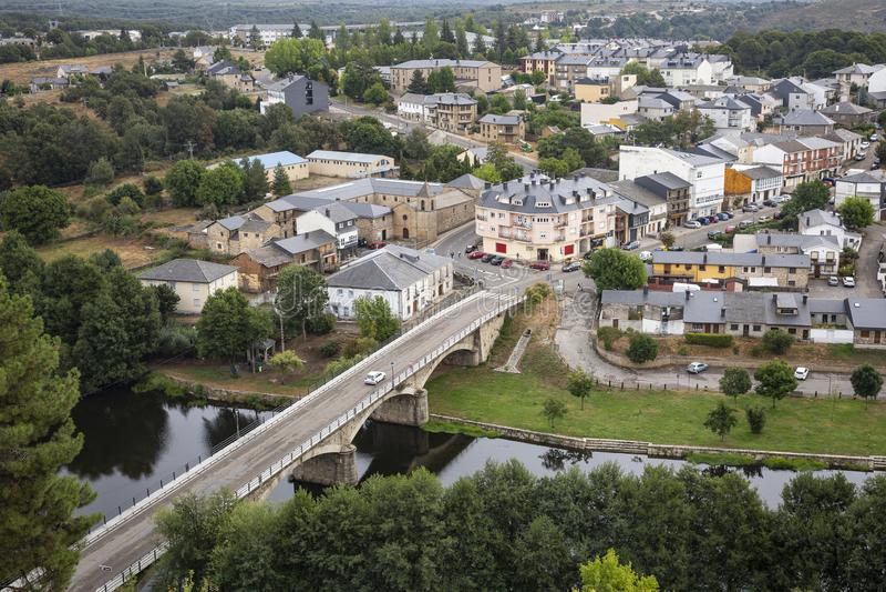 Μια άποψη πέρα από την πόλη του Πουέμπλα de Sanabria και τη γέφυρα στοκ φωτογραφίες