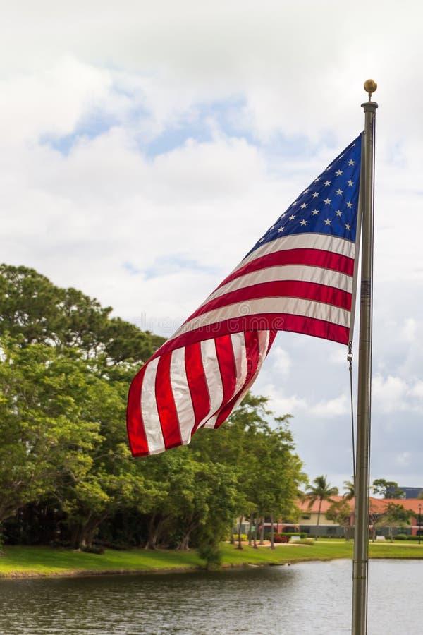 Μια αμερικανική σημαία που φυσά στον αέρα μια νεφελώδη ημέρα στοκ εικόνες