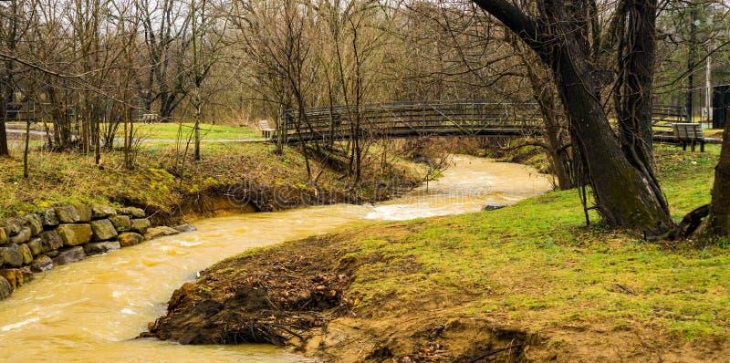 Μια γέφυρα για πεζούς πέρα από τον κολπίσκο γλειψίματος λάσπης στο απόγειο στοκ φωτογραφία