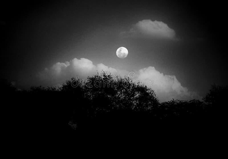Μια γραπτή εικόνα του φεγγαριού μέσα - μεταξύ των σύννεφων στοκ εικόνα με δικαίωμα ελεύθερης χρήσης