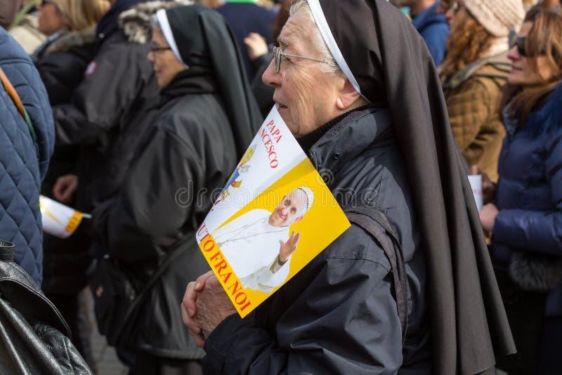 Μια καλόγρια στο τετράγωνο του ST Peter στοκ φωτογραφίες