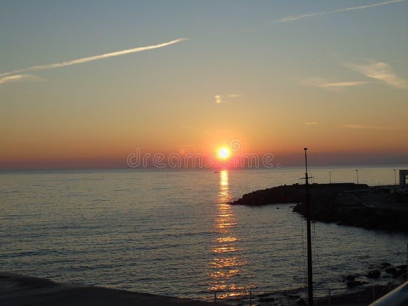 Μια καταπληκτική φωτογραφία του ηλιοβασιλέματος πέρα από τη θάλασσα στοκ εικόνες με δικαίωμα ελεύθερης χρήσης
