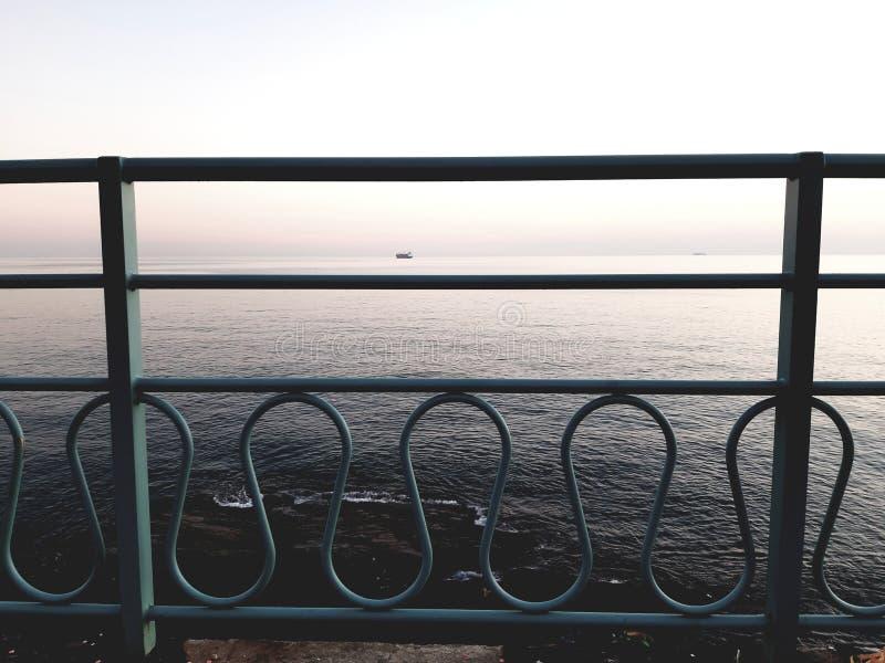 Μια καταπληκτική φωτογραφία του ηλιοβασιλέματος πέρα από τη θάλασσα στοκ φωτογραφίες