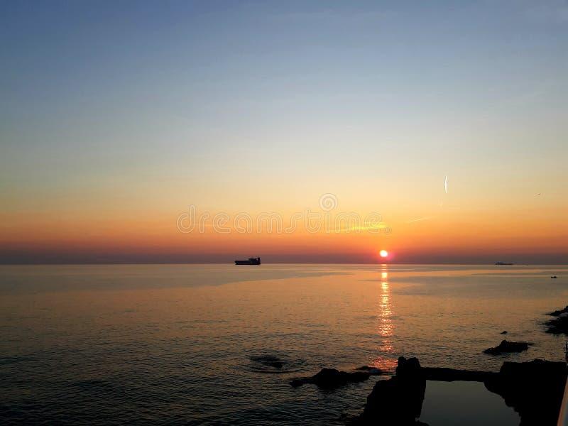 Μια καταπληκτική φωτογραφία του ηλιοβασιλέματος πέρα από τη θάλασσα στοκ εικόνα με δικαίωμα ελεύθερης χρήσης