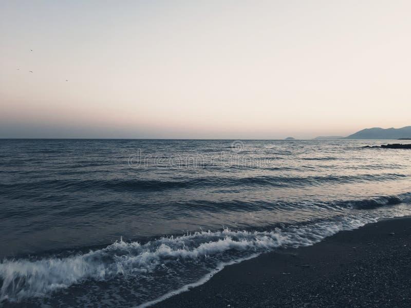 Μια καταπληκτική φωτογραφία του ηλιοβασιλέματος πέρα από τη θάλασσα στοκ εικόνα