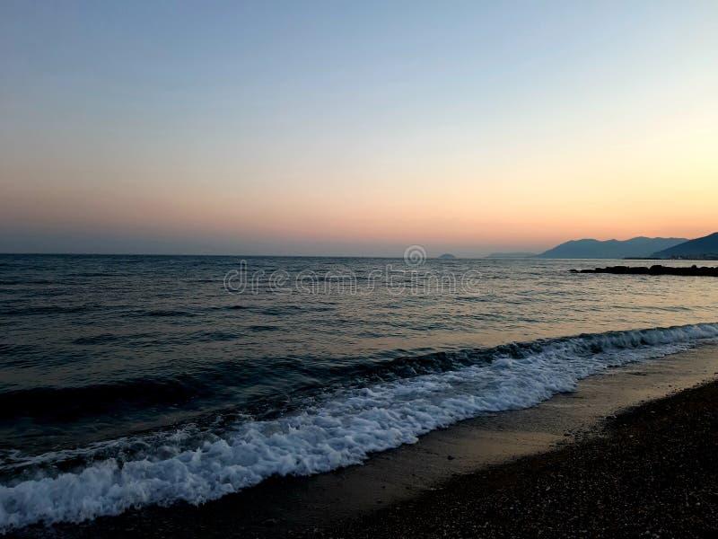 Μια καταπληκτική φωτογραφία του ηλιοβασιλέματος πέρα από τη θάλασσα στοκ φωτογραφίες με δικαίωμα ελεύθερης χρήσης