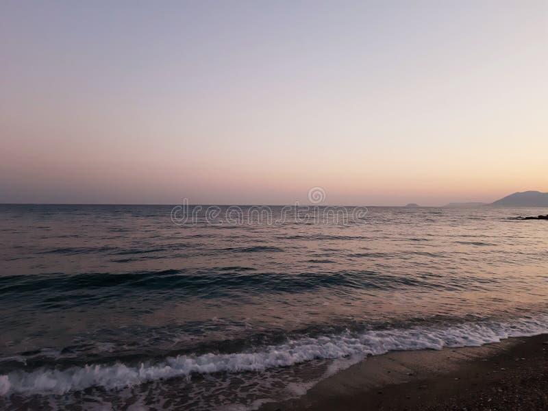 Μια καταπληκτική φωτογραφία του ηλιοβασιλέματος πέρα από τη θάλασσα στοκ εικόνες