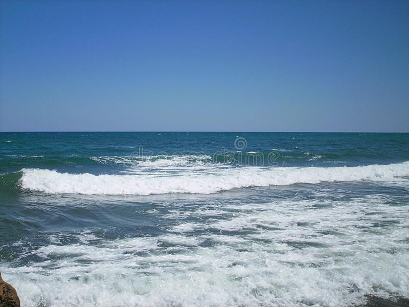 μια κενή παραλία με τα κύματα στοκ φωτογραφίες