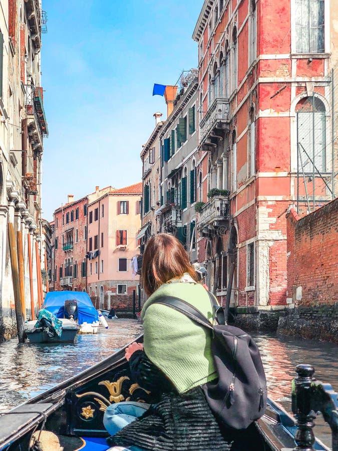 Μια νέα γυναίκα απολαμβάνει έναν γύρο γονδολών και παραγωγή της φωτογραφίας στα κανάλια της Βενετίας στοκ φωτογραφία με δικαίωμα ελεύθερης χρήσης