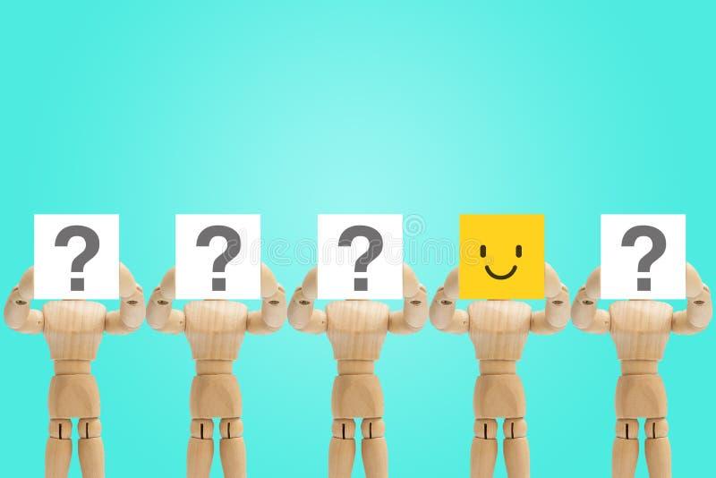Μια ξύλινη συγκίνηση προσώπου εκμετάλλευσης αριθμού στην ευτυχία και άλλοι αριθμοί που κρατούν το ερωτηματικό διαθέσιμο στοκ φωτογραφία με δικαίωμα ελεύθερης χρήσης