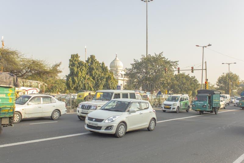 Μια οδική κυκλοφορία στην οδό Ινδικών πόλεων στοκ εικόνες