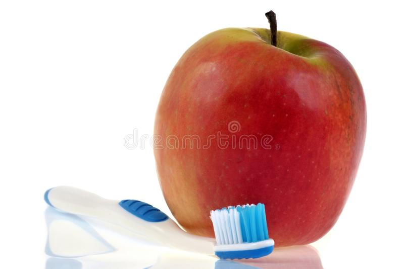 Μια οδοντόβουρτσα δίπλα σε ένα μήλο στοκ φωτογραφία με δικαίωμα ελεύθερης χρήσης