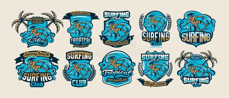 Μια συλλογή των ζωηρόχρωμων λογότυπων, εμβλήματα, ονομάζει surfer τις κλίσεις στα κύματα, μοντέρνη εγγραφή Παραλία, κύματα, φοίνι διανυσματική απεικόνιση